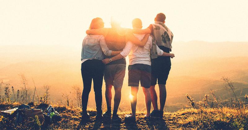 8 citate înțelepte despre prietenii adevărați. Învață din ele!