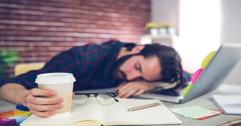 Aceste 10 obiceiuri te fac să te simți mereu obosit. Renunță la ele!